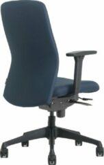 Blauwe OrangeLabel Chair VIG.001 Blue met verstelbare armleggers. Voldoet aan NEN EN 1335