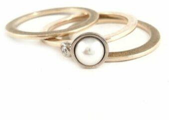 VanNienke® 14 karaat geel gouden ring 1 mm breed en 2 mm hoog profiel, strak hoogglans afgewerkt met daarop een gouden schotel met witte parel met ernaast een 0.035ct briljant geslepen VSI F diamant.