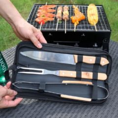 BBQ Gereedschap SET 4 Delig in Draagtas - Barbecue Gereedschapsset - Barbecue Accessoires Gereedschap - BBQ grill Set in draag tas - Barbeque gereedschapsset in Tas koffer - Tang - Spatel - Vleesvork - Barbecuegerief - Rvs/Hout - Decopatent®