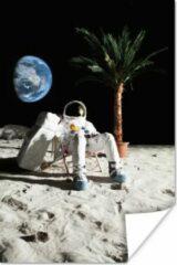 PosterMonkey Astronaut in de ruimte op een ligstoel poster 40x60 cm - Foto print op Poster (wanddecoratie woonkamer / slaapkamer)