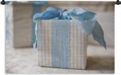 1001Tapestries Wandkleed Babyshower jongen - Cadeau met blauw lint Wandkleed katoen 60x40 cm - Wandtapijt met foto