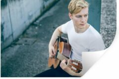 StickerSnake Muursticker Gitaristen - Zittende gitarist bespeelt akoestische gitaar - 120x80 cm - zelfklevend plakfolie - herpositioneerbare muur sticker