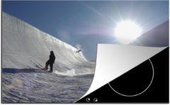 KitchenYeah Luxe inductie beschermer Snowboarden - 80x52 cm - Een mooi silhouet van een snowboarder in een halfpipe - afdekplaat voor kookplaat - 3mm dik inductie bescherming - inductiebeschermer