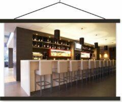 TextilePosters Een moderne loungebar met witte barkrukken schoolplaat platte latten zwart 90x60 cm - Foto print op textielposter (wanddecoratie woonkamer/slaapkamer)