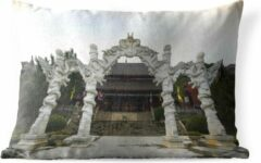 PillowMonkey Sierkussen Yueyang voor buiten - Schitterende poort in de Chinese stad Yueyang - 50x30 cm - rechthoekig weerbestendig tuinkussen / tuinmeubelkussen van polyester