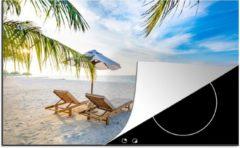 Blauwe KitchenYeah Luxe inductie beschermer Tropische stranden - 80x52 cm - Strandstoelen en een parasol op een tropisch strand - afdekplaat voor kookplaat - 3mm dik inductie bescherming - inductiebeschermer