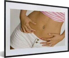 PosterMonkey Foto in lijst - Jonge dame met een navelpiercing fotolijst 60x40 cm - Poster in lijst (Wanddecoratie woonkamer / slaapkamer)