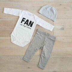 Maison Marcella Baby cadeau geboorte unisex jongen of Meisje Setje 3-delig newborn | maat 62-68 | grijs mutsje en broekje en romper lange mouw wit met zwarte tekst fan van mijn mama | Bodysuit | pakje | Kraamcadeau