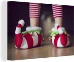 OneMillionCanvasses Elfje draagt kerstslippers canvas 30x20 cm - klein - Foto print op Canvas schilderij (Wanddecoratie woonkamer / slaapkamer)