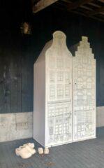 Halsgevel kast Amsterdam Hout met opdruk van een halsgevelpandje. Kast van een Huis. 198/55/55 cm. Populier.