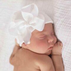 Newborn muts met strik van lint   Wit   Exclusive Luxury Gift.nl