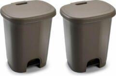 Bruine Forte Plastics Set van 2x stuks kunststof afvalemmers/vuilnisemmers/pedaalemmers in het taupe van 27 liter met deksel en pedaal. 38 x 32 x 45 cm.