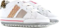 Roze Shoesme witte babysneaker met rose gouden strepen (BP21S024-B)....