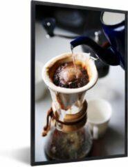 PosterMonkey Foto in lijst - Filterkoffie wordt gezet op een ouderwetse wijze fotolijst zwart 60x90 cm - Poster in lijst (Wanddecoratie woonkamer / slaapkamer)
