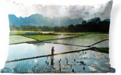 PillowMonkey Sierkussen Rijstvelden voor buiten - Het geweldige landschap van een rijstveld - 50x30 cm - rechthoekig weerbestendig tuinkussen / tuinmeubelkussen van polyester