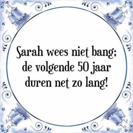 Afbeelding van Witte Tegelspreuken.Nl Tegeltje met Spreuk (50 jaar Sarah kado): Sarah wees niet bang; de volgende 50 jaar duren net zo lang! + Cadeau verpakking & Plakhanger