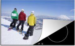 KitchenYeah Luxe inductie beschermer Snowboarden - 80x52 cm - Drie snowboarders kijken uit op een Japanse berg - afdekplaat voor kookplaat - 3mm dik inductie bescherming - inductiebeschermer