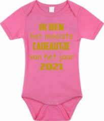 Merkloos / Sans marque Baby rompertje met leuke tekst | Ik ben het mooiste cadeautje van het jaar 2021 |zwangerschap aankondiging | cadeau papa mama opa oma oom tante | kraamcadeau | maat 56 roze goud