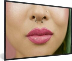 PosterMonkey Foto in lijst - Vrouw met neuspiercing en roze lippen fotolijst 90x60 cm - Poster in lijst (Wanddecoratie woonkamer / slaapkamer)