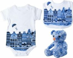 Blauwe Heinen Delfts Blauw Rompertje met knuffel en slabbetje | Babyknuffel | Babyshower cadeau | Baby cadeauset | Typisch Nederlands | Kraamcadeau | Geboortecadeau | Newborn | Unisex | Cadeau mama to be | Amsterdamse grachtenhuisjes | Cadeau aanstaande p