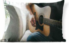PillowMonkey Sierkussen Gitaarspelers voor buiten - Man speelt de akoestische gitaar - 50x30 cm - rechthoekig weerbestendig tuinkussen / tuinmeubelkussen van polyester