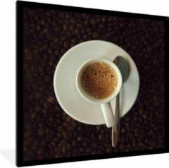 PosterMonkey Foto in lijst - Kopje espresso op koffiebonen fotolijst zwart 40x40 cm - Poster in lijst (Wanddecoratie woonkamer / slaapkamer)
