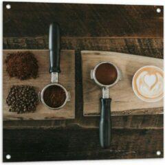 Beige KuijsFotoprint Tuinposter – Gemalen Koffiebonen en Koffie op een Plankje - 80x80cm Foto op Tuinposter (wanddecoratie voor buiten en binnen)