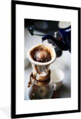 PosterMonkey Foto in lijst - Filterkoffie wordt gezet op een ouderwetse wijze fotolijst zwart met witte passe-partout groot 60x90 cm - Poster in lijst (Wanddecoratie woonkamer / slaapkamer)