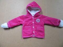Roze Baby jasje , gilet met kap + wantjes in hard rose , van dirkje 9 maand 74