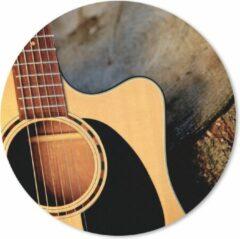 MousePadParadise Muismat Akoestische gitaar - Een akoestische gitaar op een houten ondergrond Muismat rond - 30x30 cm - Muismat met foto