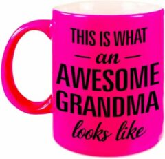 Oranje Bellatio Decorations This Is What An Awesome Grandma Looks Like Cadeau Mok / Beker - 330 Ml - Neon Roze - Verjaardag - Kado Mok / Beker