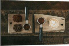 Beige KuijsFotoprint Dibond - Gemalen Koffiebonen en Koffie op een Plankje - 90x60cm Foto op Aluminium (Wanddecoratie van metaal)