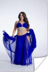 PosterMonkey Een buikdanser in een blauwe jurk poster 120x180 cm - Foto print op Poster (wanddecoratie woonkamer / slaapkamer) XXL / Groot formaat!