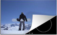 KitchenYeah Luxe inductie beschermer Snowboarden - 78x52 cm - Een snowboarder staat op de uitkijk in de Franse Alpen - afdekplaat voor kookplaat - 3mm dik inductie bescherming - inductiebeschermer