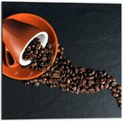Oranje KuijsFotoprint Dibond - Koffiekop met omgevallen Koffiebonen - 50x50cm Foto op Aluminium (Met Ophangsysteem)