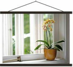 TextilePosters De orchideeën in een bloempot voor het raam schoolplaat platte latten zwart 150x113 cm - Foto print op textielposter (wanddecoratie woonkamer/slaapkamer)