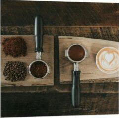 Beige KuijsFotoprint Plexiglas - Gemalen Koffiebonen en Koffie op een Plankje - 80x80cm Foto op Plexiglas (Wanddecoratie op Plexiglas)