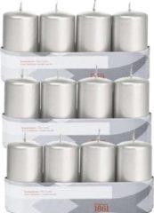 Trend Candles 12x Zilveren cilinderkaarsen/stompkaarsen 5 x 10 cm 18 branduren - Geurloze zilverkleurige kaarsen - Woondecoraties