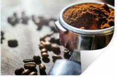 StickerSnake Muursticker Koffieboon - Vers gemalen koffiebonen in ochtendlicht - 90x60 cm - zelfklevend plakfolie - herpositioneerbare muur sticker