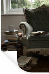 StickerSnake Muursticker Oude boeken - Oude boeken naast een stoel - 80x120 cm - zelfklevend plakfolie - herpositioneerbare muur sticker