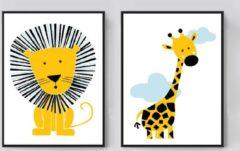Gele Postercity.nl Postercity - Design Canvas Poster Stoere Leeuw & Giraffe met Wolkjes set / Kinderkamer / Dieren Poster / Babykamer - Kinderposter / Babyshower Cadeau / Muurdecoratie / 40 x 30cm / A3