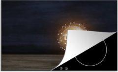 KitchenYeah Luxe inductie beschermer Gloeilampen - 78x52 cm - Brandende gloeilamp op een houten tafel - afdekplaat voor kookplaat - 3mm dik inductie bescherming