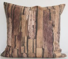 Beige By Eef handgemaakt sierkussenhoesje van zachte katoen met afbeelding van paarden en stal 65x65