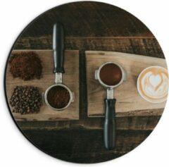 Beige KuijsFotoprint Dibond Wandcirkel - Gemalen Koffiebonen en Koffie op een Plankje - 20x20cm Foto op Aluminium Wandcirkel (met ophangsysteem)