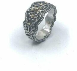 VanNienke® Gezwart zilveren galerie ring vanNienke met 14 karaat geel gouden elementen toegevoegd. Mooie lichte ring. Bovenzijde 11mm breed, onderzijde 7mm. Dikte 1.5mm.