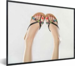 PosterMonkey Foto in lijst - Vrouwenvoeten in slippers fotolijst 80x60 cm - Poster in lijst (Wanddecoratie woonkamer / slaapkamer)