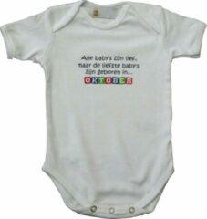 """Link Kidswear Witte romper met """"Alle baby's zijn lief, maar de liefste baby's zijn geboren in... Oktober"""" - maat 62/68 - babyshower, zwanger, cadeautje, kraamcadeau, grappig, geschenk, baby, tekst, bodieke"""