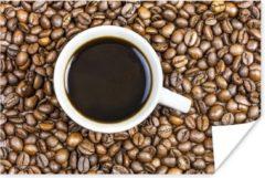 PosterMonkey Een kopje koffie wordt omringd met een berg koffiebonen poster 120x80 cm - Foto print op Poster (wanddecoratie woonkamer / slaapkamer)