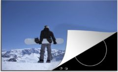 KitchenYeah Luxe inductie beschermer Snowboarden - 80x52 cm - Een snowboarder staat op de uitkijk in de Franse Alpen - afdekplaat voor kookplaat - 3mm dik inductie bescherming - inductiebeschermer