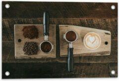 Beige KuijsFotoprint Tuinposter – Gemalen Koffiebonen en Koffie op een Plankje - 60x40cm Foto op Tuinposter (wanddecoratie voor buiten en binnen)